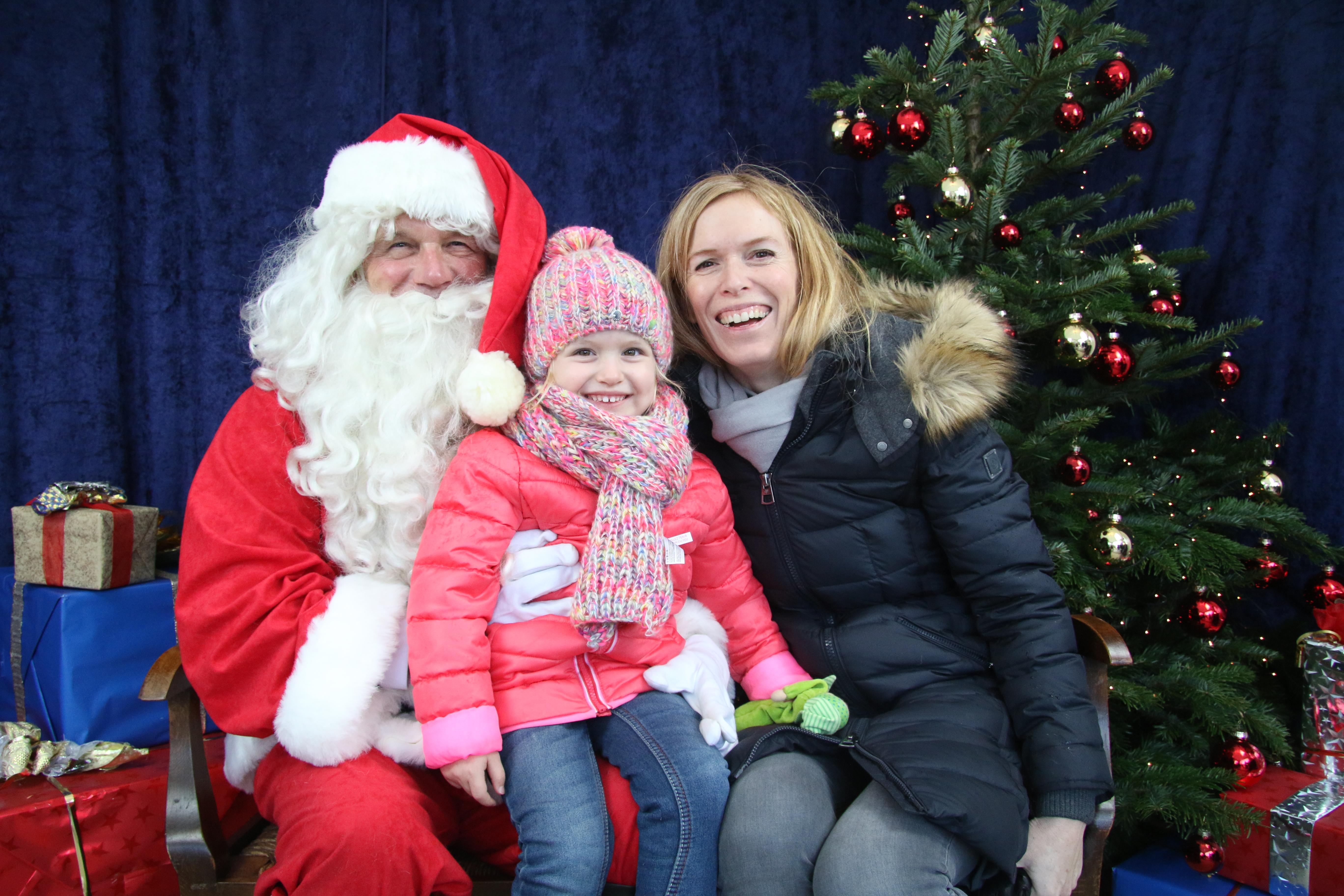 Katja und Lia Menkhaus mit Weihnachtsmann Franz Teschner
